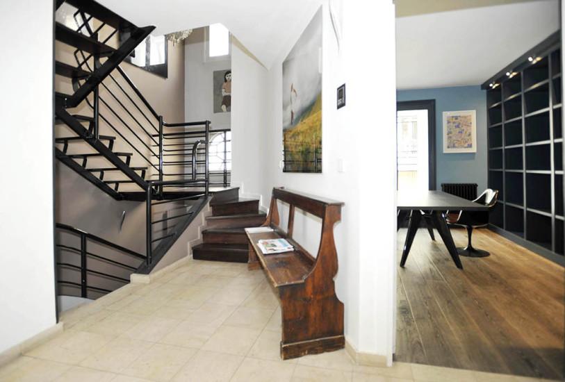 Hôtel particulier- Rive Droite-sortie salon donnant sur cuisine à droite et escalier à gauche