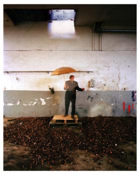 """13-parapluie-dore-280x350 ESTELLE LAGARDE « Maison d'arrêt » et « Lundi matin » sous le titre """"Libertés Conditionnelles"""" mois de la photo du Grand Paris. ART"""